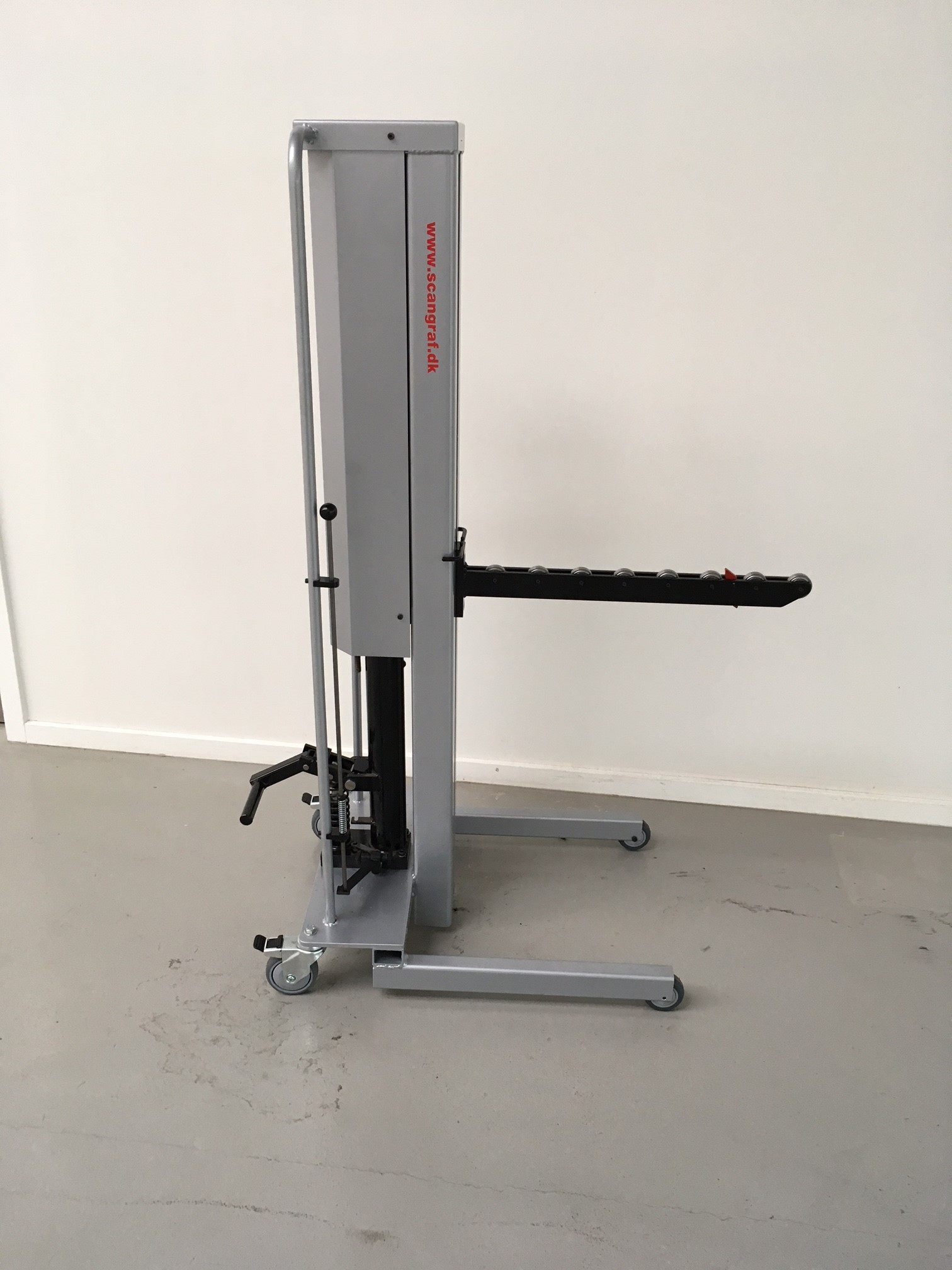 Reel lift trolley